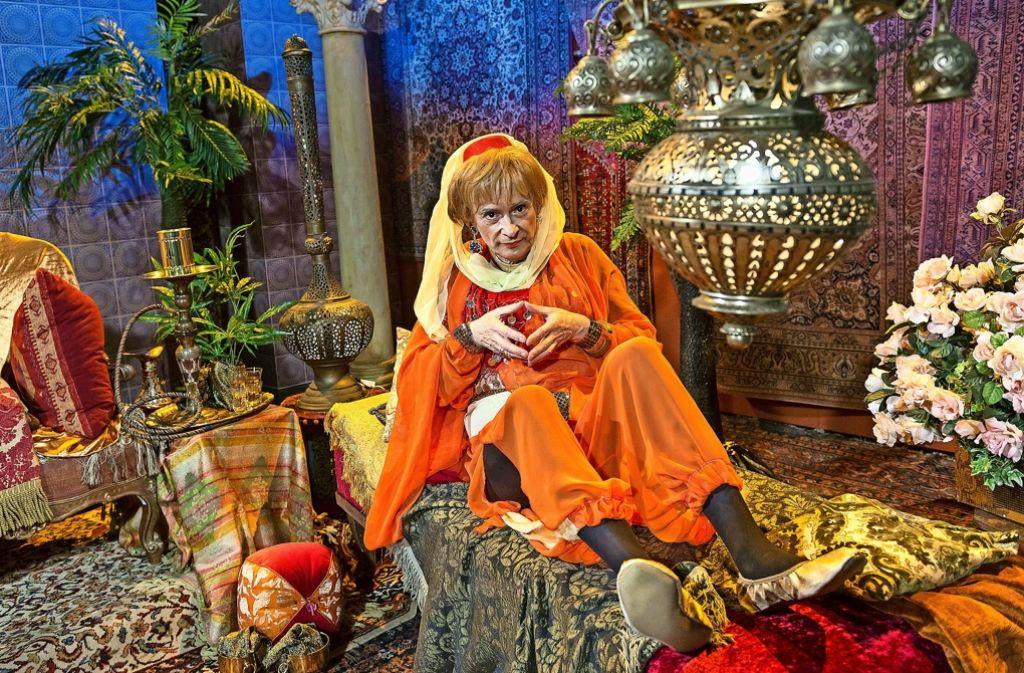Mathias Richling als Angela Merkel im Harem des türkischen Staatspräsidenten. Foto: SWR/Alexander Kluge