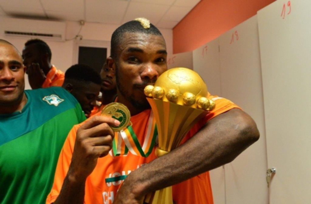 Ein stolzer Geoffrey Serey Die mit dem Afrika Cup. Foto: BACKPAGE