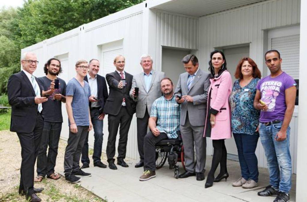 Vertreter des Landkreises, der Service-Clubs und der Freifunker testen das  freie WLAN-Netz in der Flüchtlingsunterkunft in der Göppinger Pappelallee. Foto: RC GP-Stauferland/Wirkner