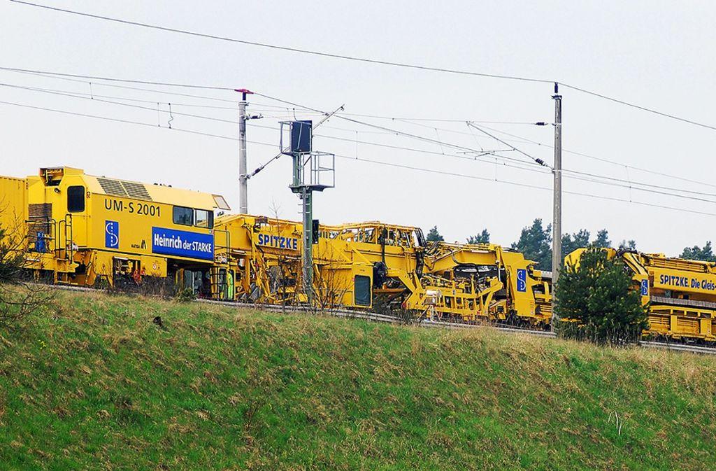 Für einen schnellen und reibungslosen Ablauf der Streckenmodernisierung wird unter anderem eine Gleisumbaumaschine eingesetzt Foto: Deutsche Bahn/Spitzke SE