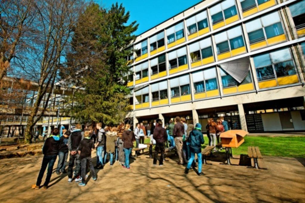 Pünktlich zur anstehenden Sanierung ist das Hohenstaufen-Gymnasium in Göppingen unter Denkmalschutz gestellt worden. Foto: Ines Rudel