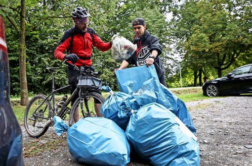 Mountainbiker sammeln Abfall
