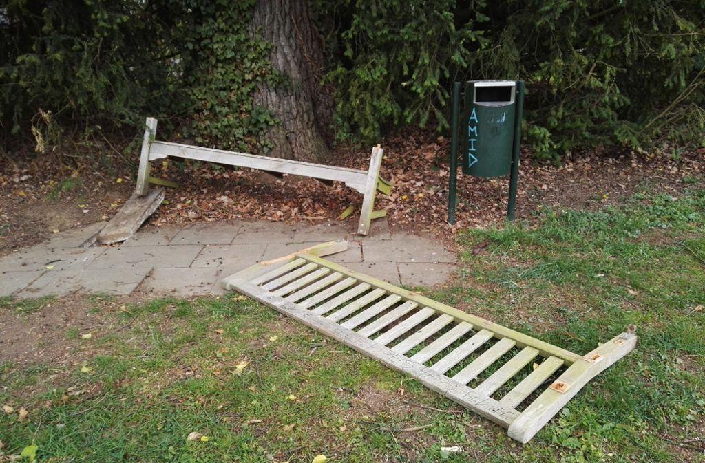 Immer wieder ist der Hohenheimer Park ein Ort, an dem es zu Randale kommt. Hier eine zerstörte Sitzbank, fotografiert im Jahr 2017. Foto: privat/Karin Klitzke
