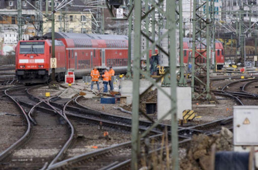 Während die Debatten über das umstrittene Bahnprojekt weitergehen wird das Gleisvorfeld des Hauptbahnhofs für die Bauarbeiten hergerichtet. Foto: Steinert