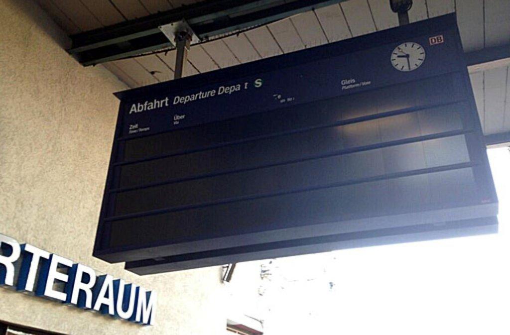 Am Hauptbahnhof Stuttgart gehen am Mittwochmorgen nach einem Stromausfall die Lichter aus - und die Notstromversorgung an. Foto: @Hammer_X (Twitter)