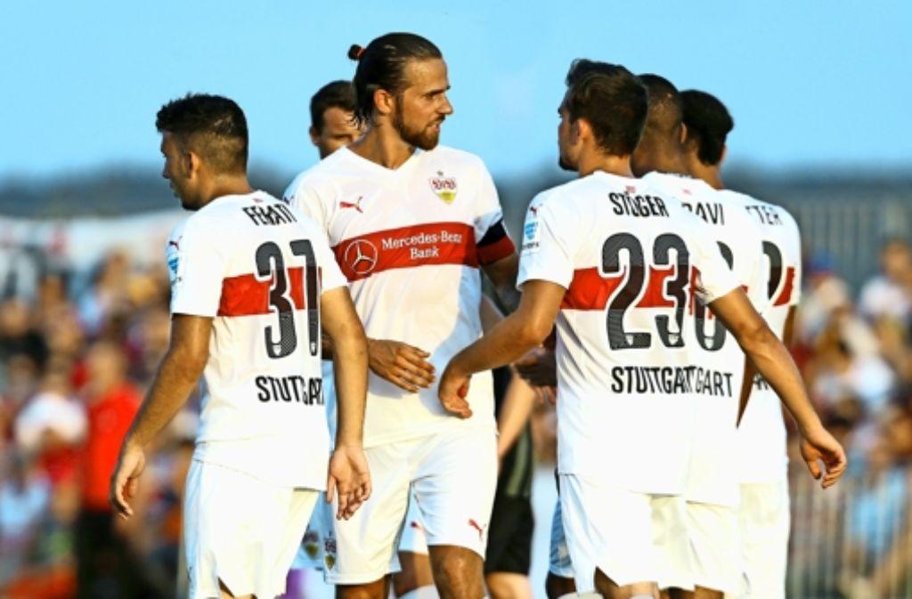 Im Mannschaftskreis des VfB (mit Martin Harnik, Zweiter von links) gibt es derzeit viel zu besprechen. Foto: Baumann