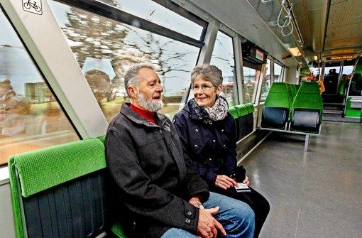 Helga und Kurt Öhrle fahren mit der Strohgäubahn von Korntal-Münchingen zum Einkaufen nach Stuttgart. Ihre Führerscheine haben sie für immer abgegeben. Foto: factum/Granville