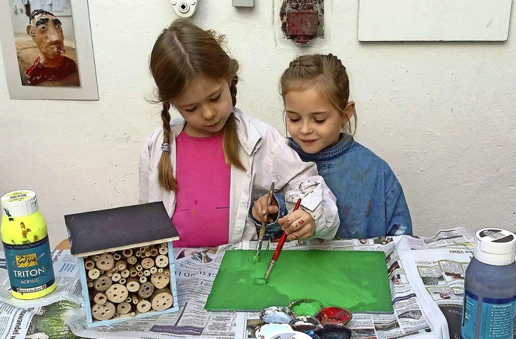 Mit Farbe und Pinsel lassen diese Mädchen ihrer Fantasie freien Lauf. Foto: /Susanne Müller-Baji