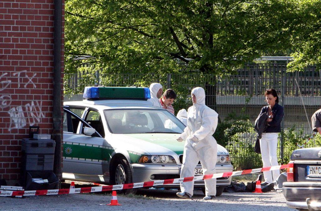 Beamte der Polizei bei der Spurensicherung am 25. April 2007 auf der Heilbronner Theresienwiese, wo zuvor die Polizeibeamtin Michele Kiesewetter getötet wurde. Foto: dpa