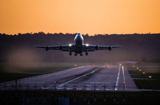 Passagier will Flugzeugtür öffnen – während des Flugs