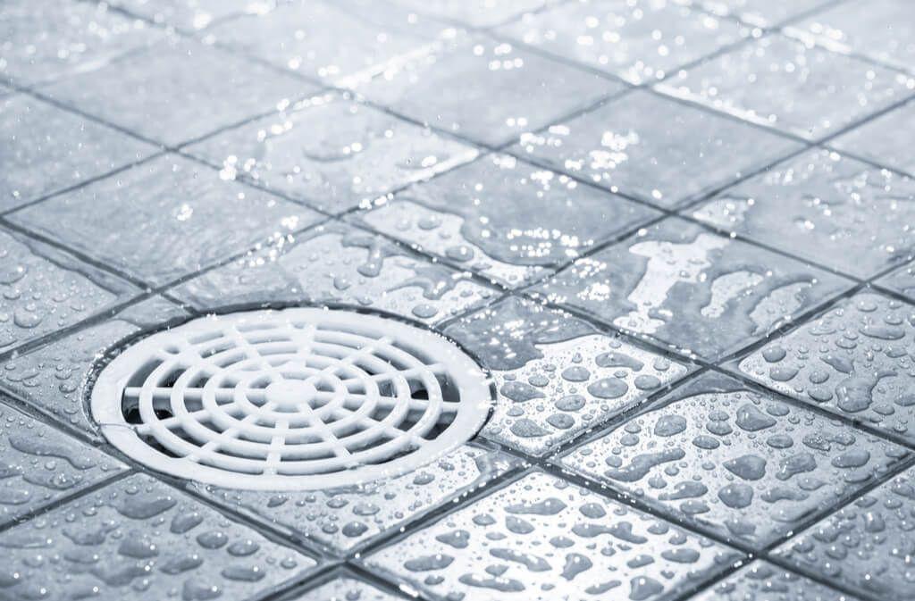 Wenn der Duschabfluss oder Küchenabfluss stinkt, können üble Gerüche auch mit wenig Aufwand beseitigt werden. So reinigen Sie Ihren Abfluss. Foto: Jari Hindstroem / Shutterstock.com