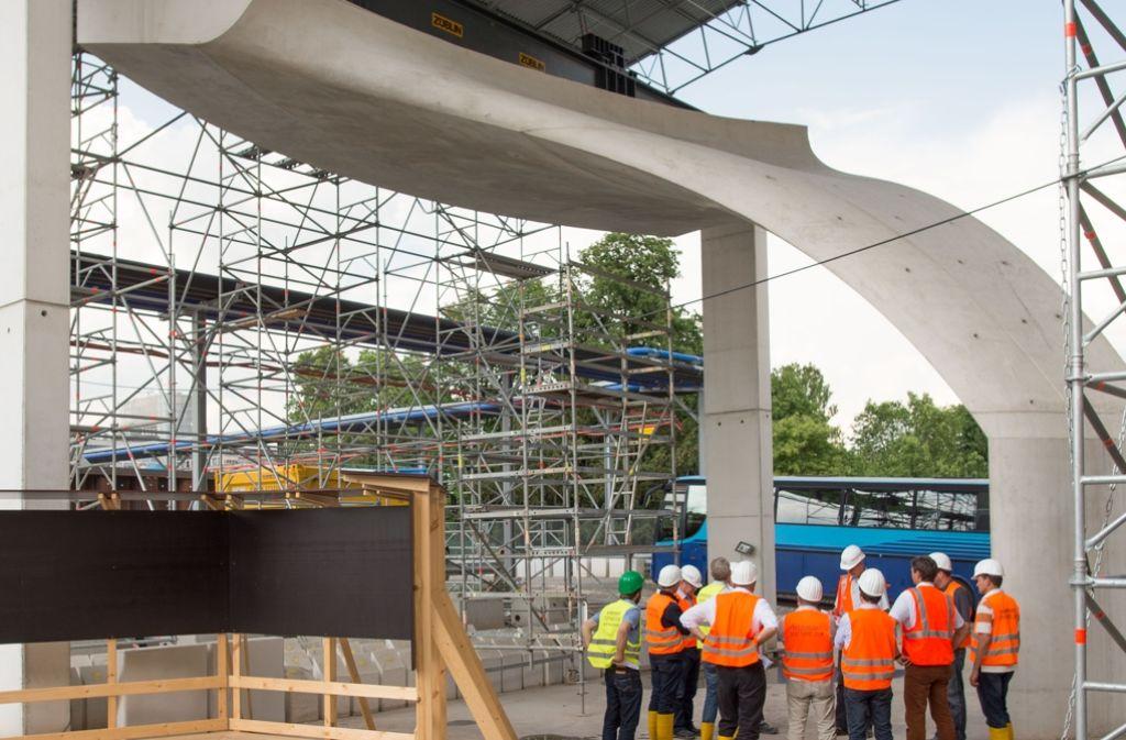 Von den tragenden Säulen des neuen Hauptbahnhofs steht bisher nur ein kleiner Ausschnitt. Die Baufirma hat damit die Schaltungstechnik und das Gießen des Betons geübt. Foto: Martin Stollberg