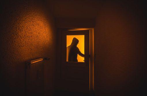 Einbrecher drückt Frau aufs Bett zurück