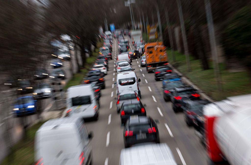 Die Verkehrsmenge am Feinstaub- und Stickoxid-Brennpunkt Neckartor ist hoch. Das Gericht pocht auf 20 Prozent Minderung an Feinstaub-Alarmtagen. Foto: Lichtgut/Leif Piechowski