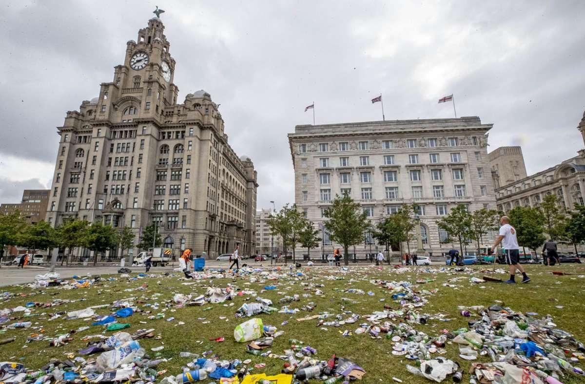 Am Ende der Fan-Feier zur Liverpool-Meisterschaft bleibt vor allem eines übrig: Müll. Foto: dpa/Peter Byrne