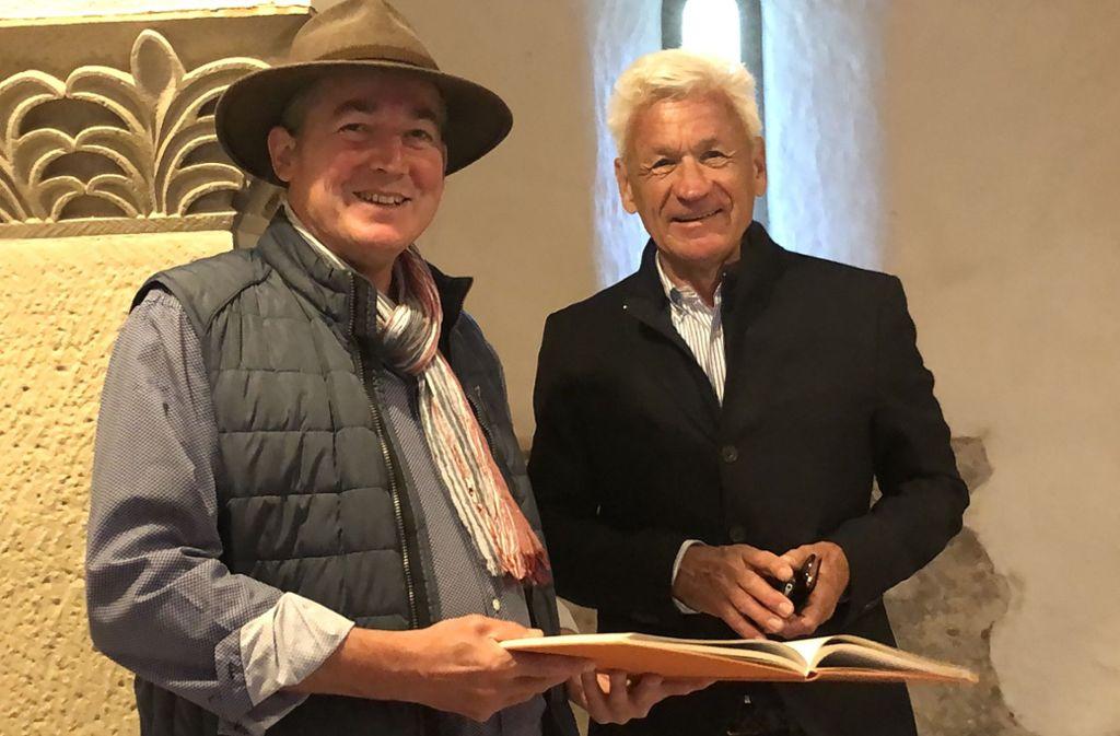 Zwei, die sich Unterregenbach verbunden fühlen: der Schaumwein-Erzeuger Hans-Jörg Wilhelm (links) und der Stifter Christian Neuber in der Krypta. Foto: Tanja Kurz