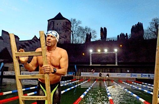 """Christof Wandratsch hat sich fürs Eisschwimmen eine natürliche Schutzhülle angefuttert, die er """"Biopren"""" nennt. Foto: Tschepe"""