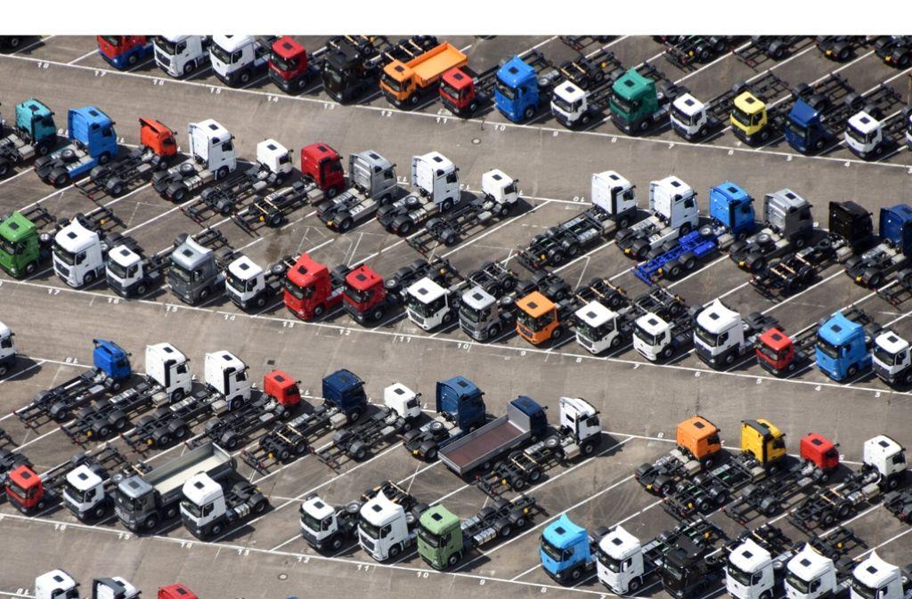 Daimler-Lkw auf einem Parkplatz im Werk Wörth. Foto: dpa