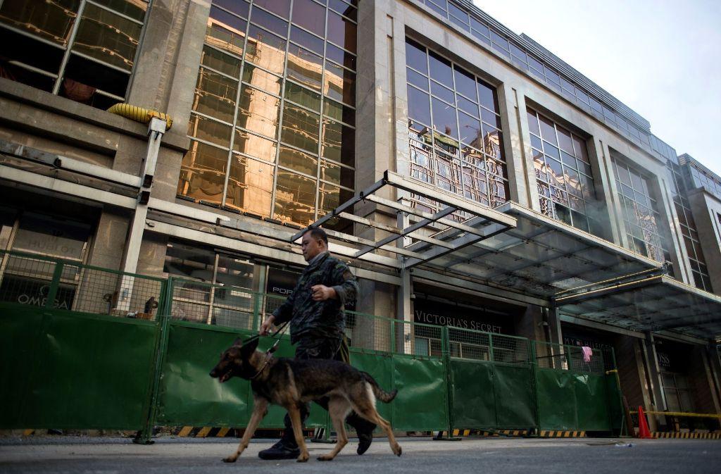 Am Morgen nach der Tat patrouilliert ein Polizist mit einem Hund vor dem Casino. Foto: AFP