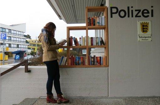 Das neue Bücherregal steht vor dem Polizeiposten. Eine hinten angebrachte Plexiglasscheibe schützt die Bücher vor Regen und Schnee. Foto: Leonie Thum