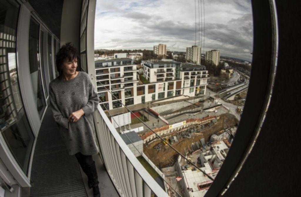 Christine Brunner, die Leiterin der Stadtbibliothek, fühlt sich zwischen Konsum und Baustelle sehr wohl. Foto: Lichtgut/Leif Piechowski