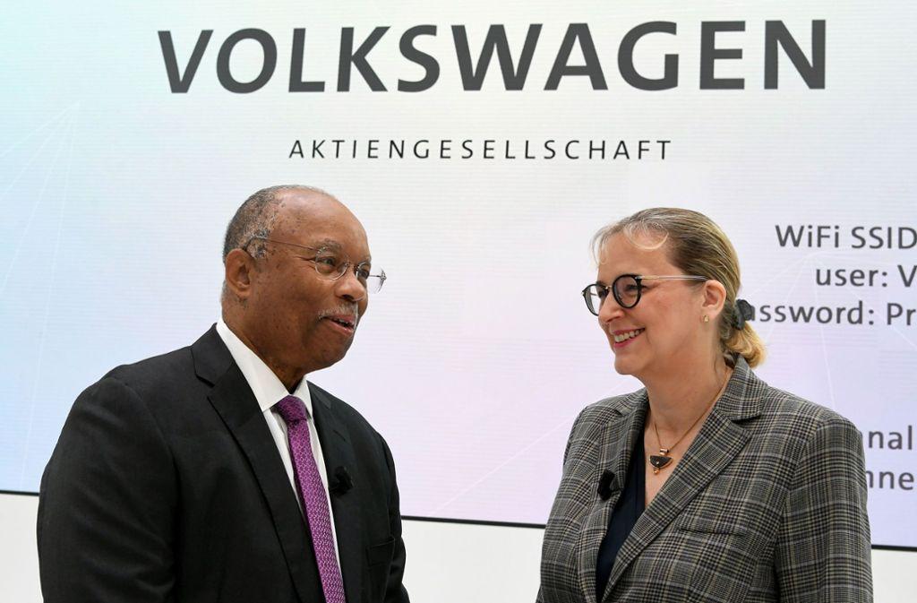 US-Aufsicht Larry Thompson und VW-Rechtsvorstand Hiltrud Werner bei der Volkswagen-Präsentation in Wolfsburg. Foto: dpa