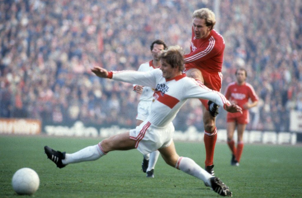 Im Oktober 1982 kann auch der VfB-Verteidiger Karlheinz Förster (vorne) nicht die 0:4-Niederlage beim FC Bayern um Stürmer Karl-Heinz Rummenigge verhindern. Foto: Getty
