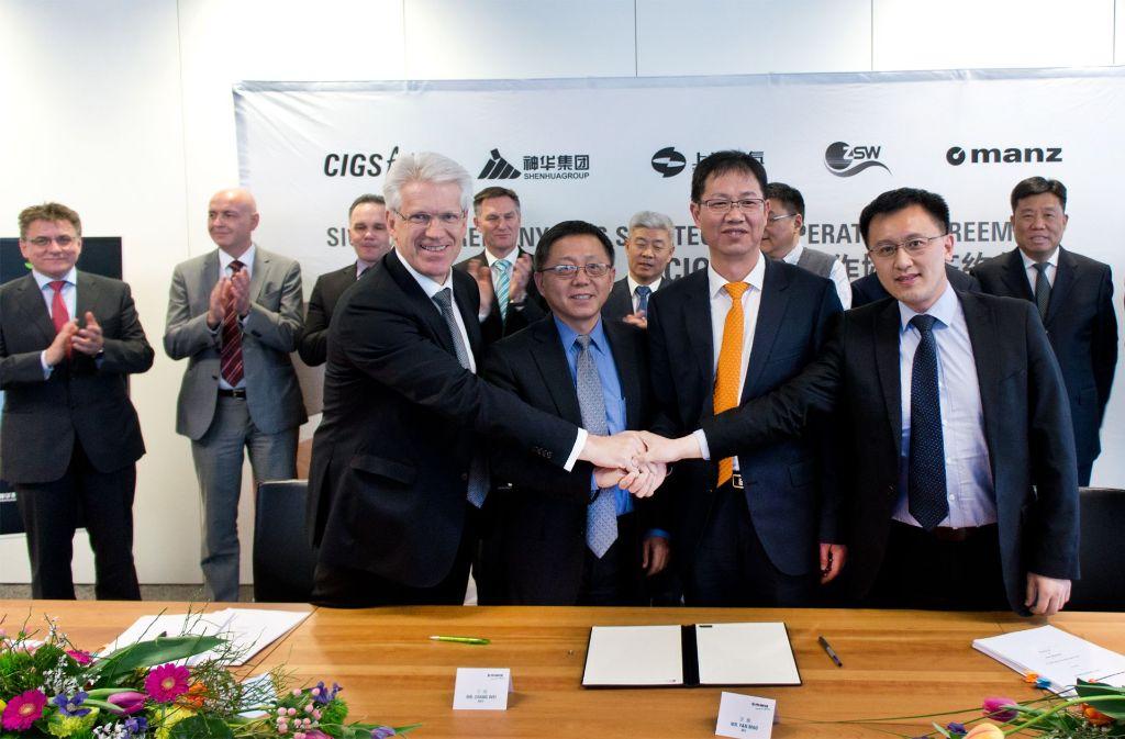 Der Solar-Deal ist perfekt: Dieter Manz (vorne links im Bild) nach der Vertragsunterzeichnung mit Vertretern von Shanghai Electric und Shenhua. Foto: Manz AG