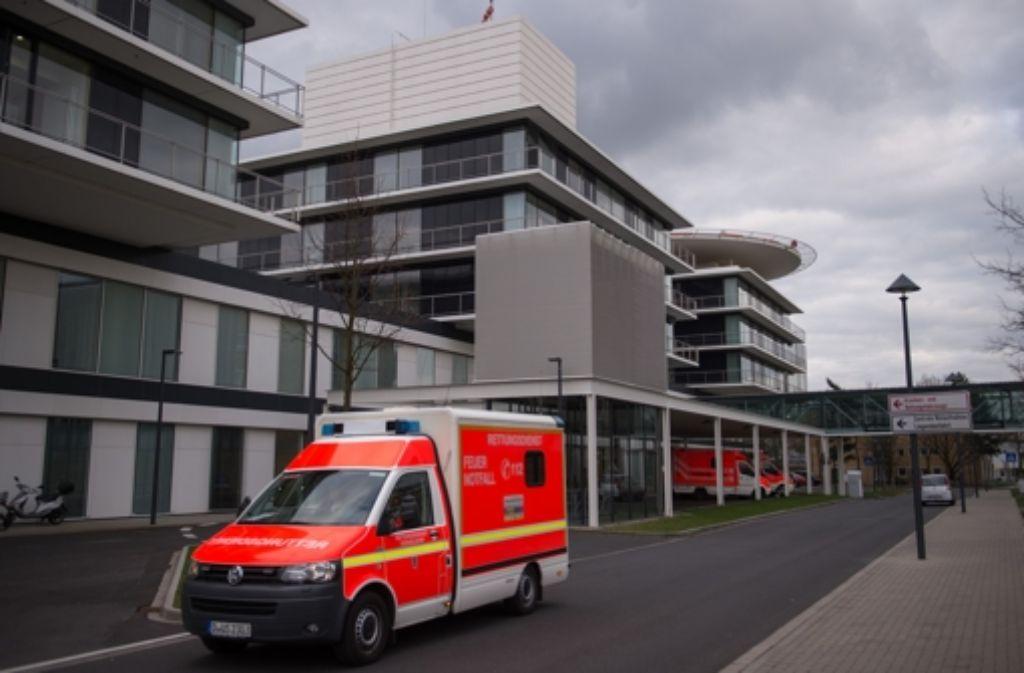Mit lebensgefährlichen Verletzungen wird am Dienstag ein 31-Jähriger aus Gärtringen in eine Klinik gebracht. Foto: dpa/Symbolbild