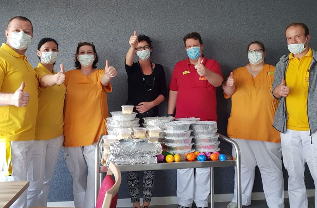 Das Personal des ASB-Pflegezentrums in Stuttgart-Sillenbuch hat als Dank für deren Arbeit ein griechisches Ostergeschenk erhalten. Foto: z/privat