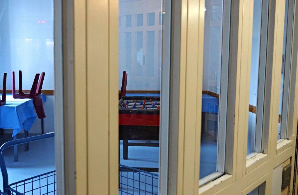 Auf jedem Stockwerk gibt es kleine Freizeiträume mit Tischen und Tischkicker. Foto: Kathrin Klette