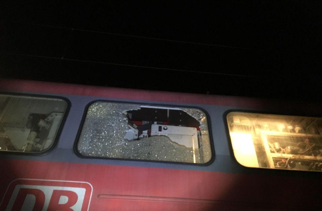 Ein Geschoss hatte ein Seitenfenster einer Schublok zerstört. (Archivfoto) Foto: dpa/Polizei