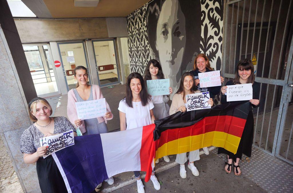 Am Königin-Olga-Gymnasium haben sich die Abiturientinnen über Post aus Paris gefreut. Foto: Lichtgut/Max Kovalenko