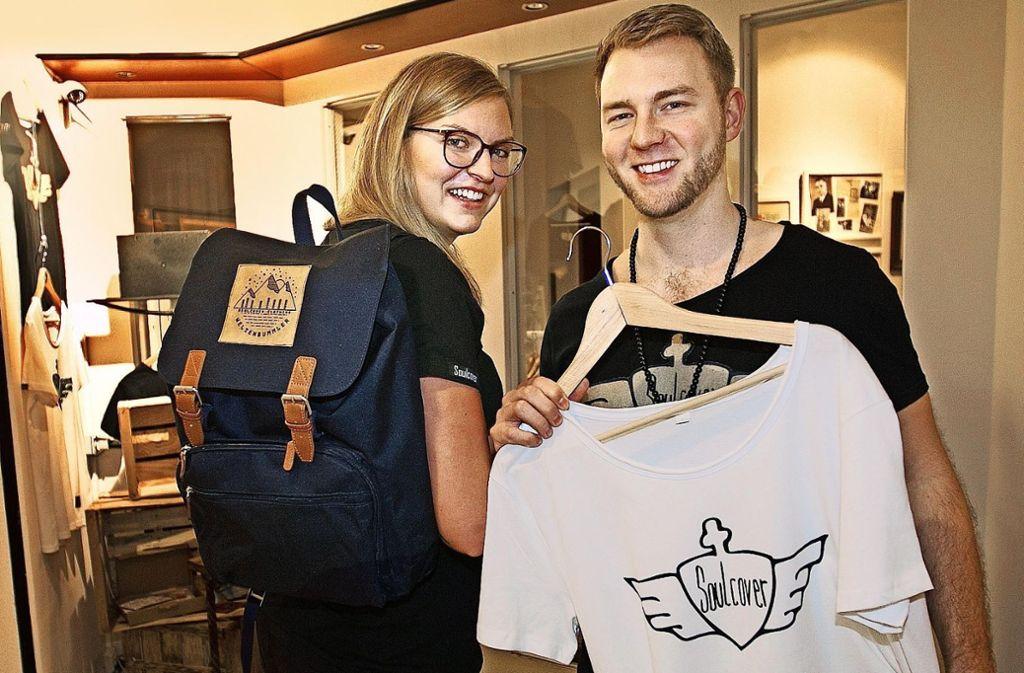 Janine Guilliard und Dennis Benz halten ihre schönsten Erinnerungen auf T-Shirts fest. Foto: Ines Rudel