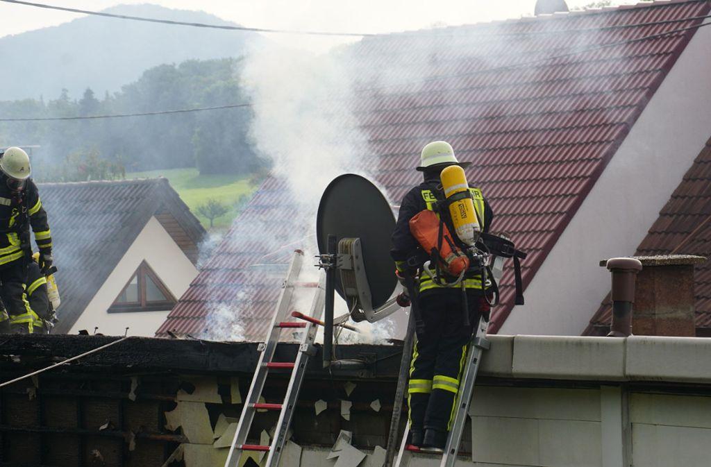 Feuerwehrleute bekämpfen mit Leitern und Atemschutz das Feuer. Foto: SDMG/SDMG / Woelfl