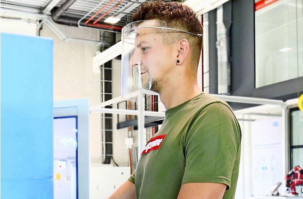 Das Face-Shield gibt es in zwei Ausführungen. Beide sind extrem leicht und können auch problemlos über einer Brille getragen werden. Foto: Campus Schwarzwald