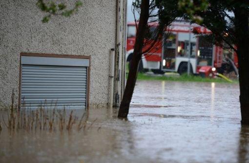 Schon wieder hat ein Unwetter über dem Elztal gewütet, Straßen und Keller unter Wasser gesetzt sowie einen Erdrutsch verursacht. Die meisten Probleme gab es am Montag in Elzach (Kreis Emmendingen). Foto: dpa