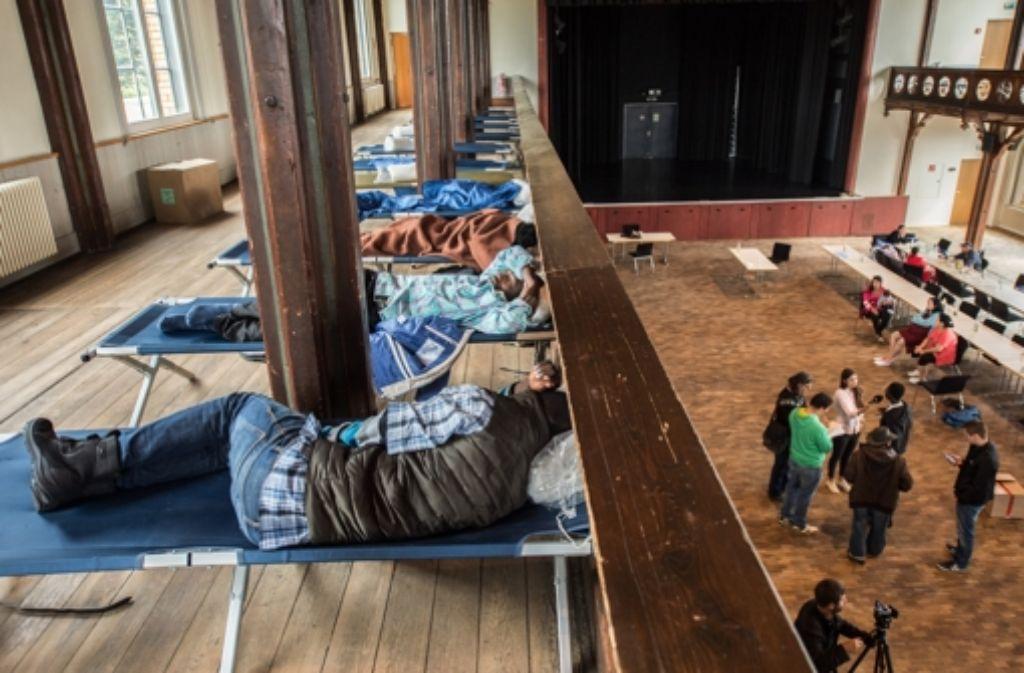 Flüchtlinge in der Festhalle von Rottenburg am 7. September 2015. Foto: dpa