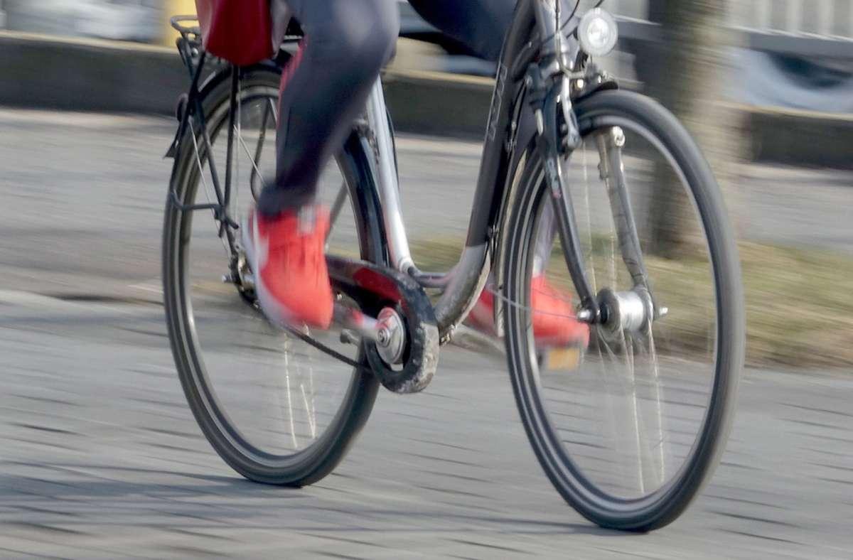 Ein Radfahrer wurde in der Esslinger Kanalstraße schwer verletzt. (Symbolfoto) Foto: picture alliance / Carsten Rehde/Carsten Rehder