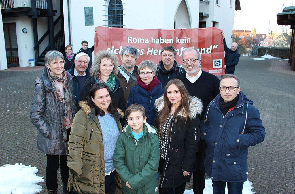 Die Roma-Familie mit ihren Unterstützern Foto: Caroline Holowiecki