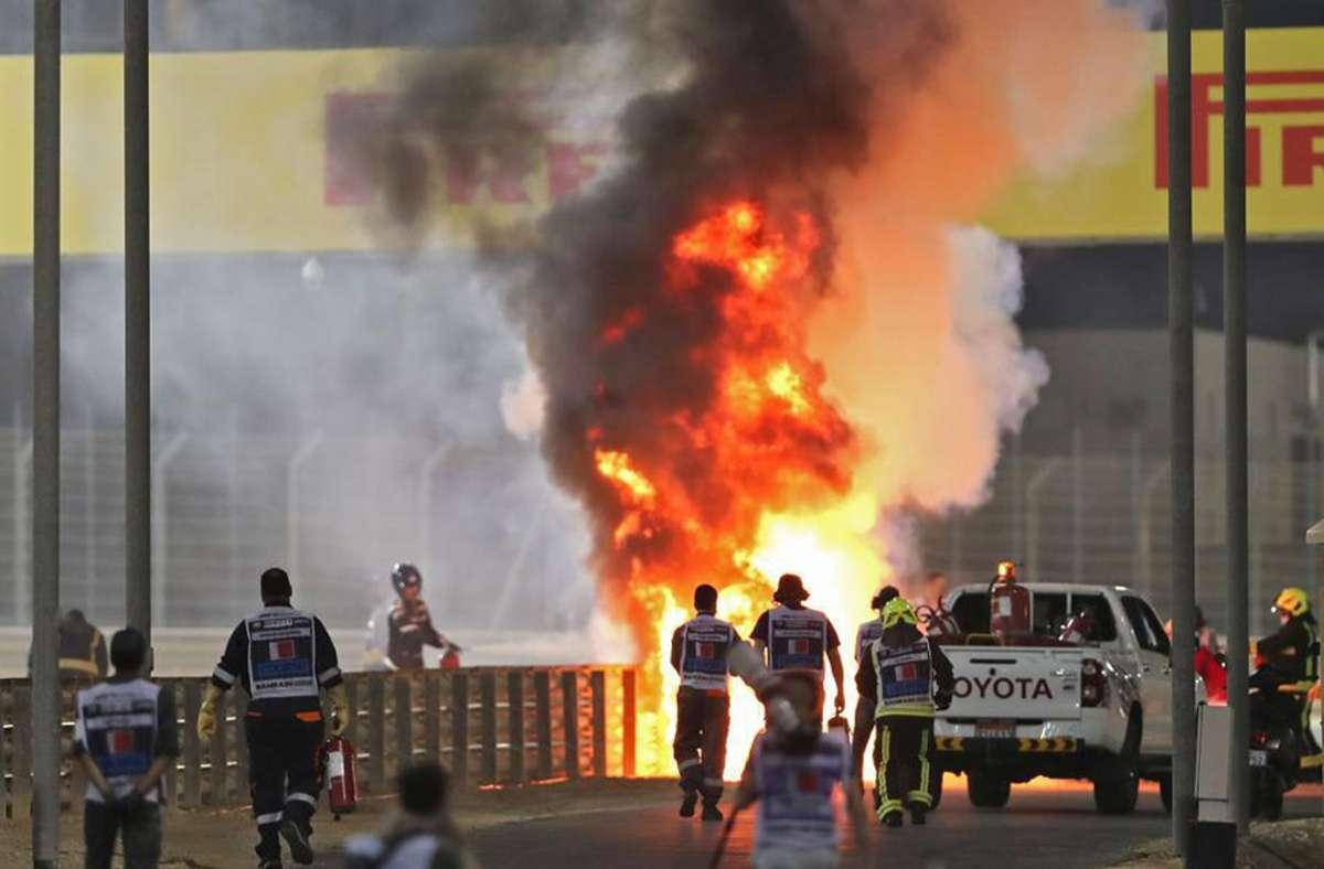 Der Wagen von Romain Grosjean ging sofort in Flammen auf. Foto: AFP