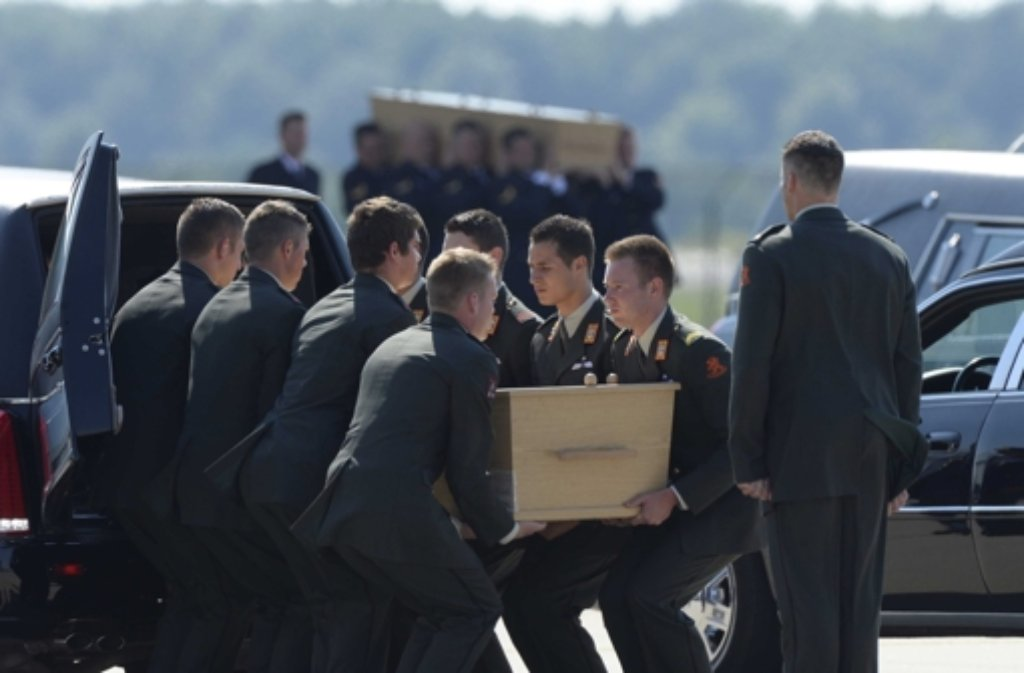 In Eindhoven sind die ersten Opfer des Flugzeugabsturzes in der Ukraine eingetroffen. Foto: ANP