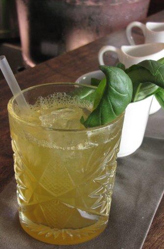 Die fruchtig herbe Honey Basil Lemonade (5 Euro) ist eine Kreation von ...