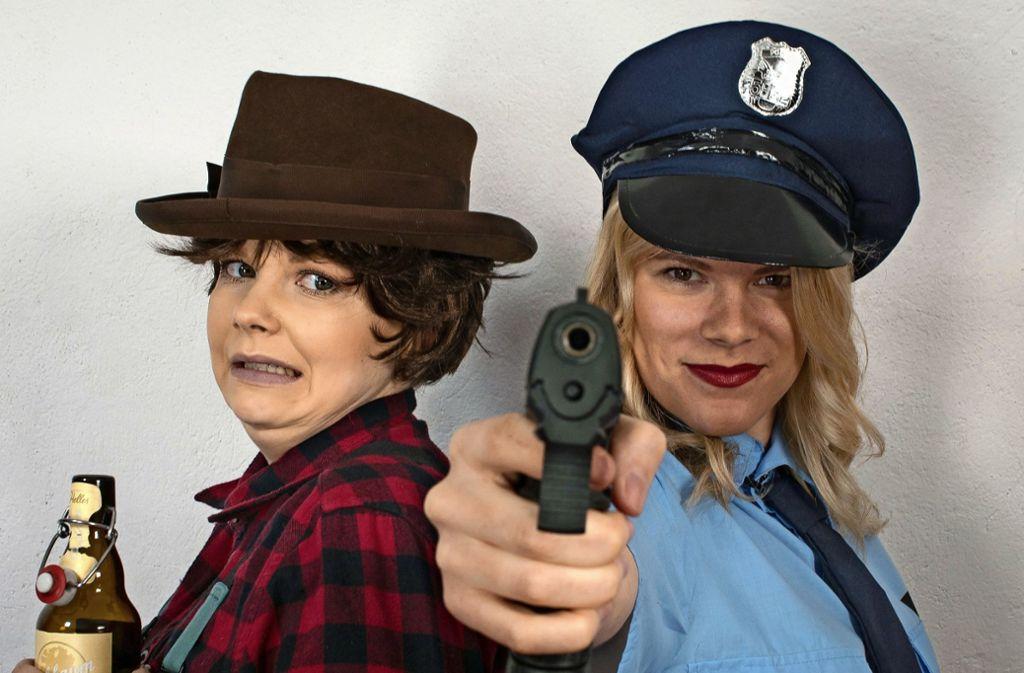 """Die Polizistinnen Conni (Lena Mall, rechts) und Petra (Mona Schmid) werden beim Krimidinner """"Blutrausch im Kuhstall"""" auf eine harte Probe gestellt. Wird es ihnen gelingen, den mysteriösen Fall zu lösen? Foto: Stadt Nürtingen"""