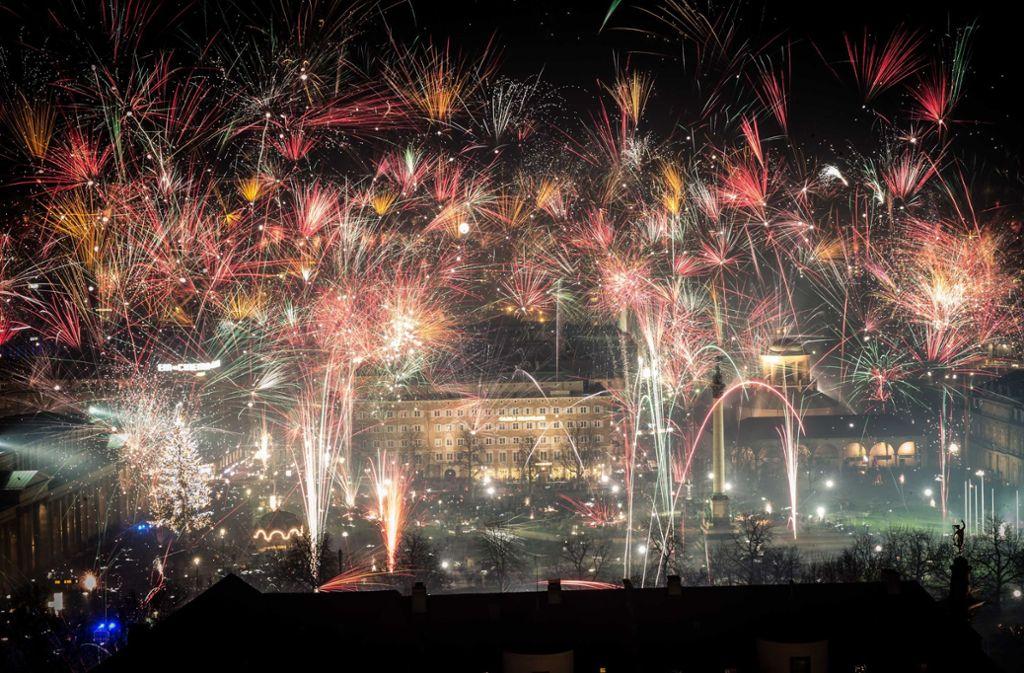 Auch in diesem Jahr werden auf dem Stuttgarter Schlossplatz  wieder zahlreiche Raketen gezündet. Ein zentrales Feuerwerk wird es aber nicht geben. Foto: Lichtgut/Achim Zweygarth