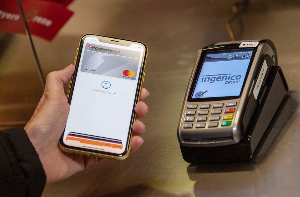 Apple Pay soll Einzug in die Sparkasse erhalten. Foto: Lino Mirgeler/dpa
