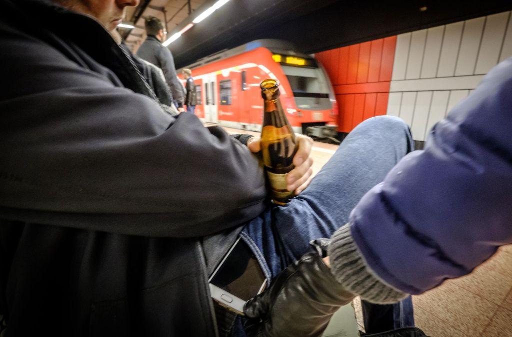 Angetrunkene, die am Bahnhof einschlafen, werden häufig bestohlen. Foto: Lichtgut/Achim Zweygarth