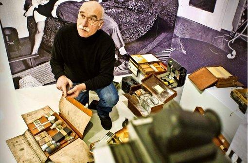 Michael Kühner und seine Kollegen haben historische kriminaltechnische Ausrüstungen zusammengetragen. Auch verschiedene Dienstwaffen sind zu sehen. Foto: Lichtgut/Max Kovalenko