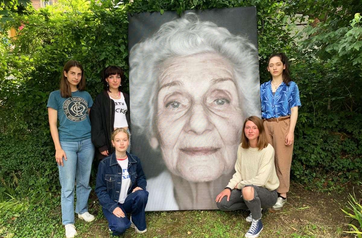 Die Stimmen der Holocaust-Überlebenden Éva  (v. li.): Jule, Rosa, Sky, Caro   und Cosima. Foto: Martin Haar