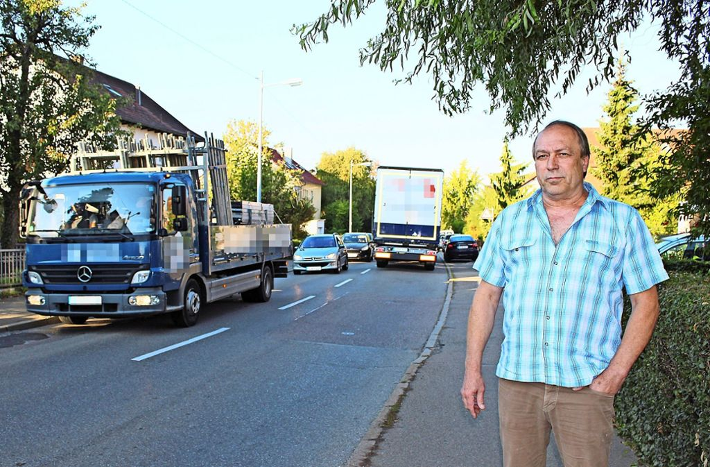 Horst Gaiser leidet unter dem Verkehr, der tagtäglich vorbeidonnert. Foto: Caroline Holowiecki